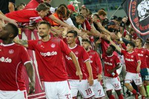Zeichen für Zusammenhalt, die Mannschaft nach der Partie am Zaun (Foto: www.der-betze-brennt.de)