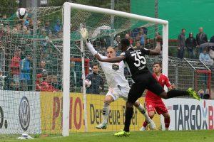 Goldrichtig gestanden, Osayamen Osawe köpft zum 3:0 (Foto: www.der-betze-brennt.de)