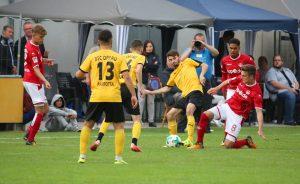 Bisweilen ging es auf beiden Seiten engagiert zur Sache, Gino Fechner im Zweikampf (Foto: 1.FC Kaiserslautern)