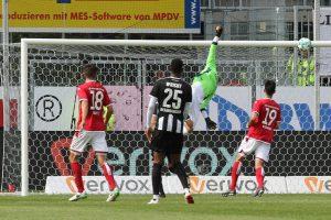 Marius Müller streckt sich vergeblich, der Ball ging glücklicherweise an die Latte. (Foto: www.der-betze-brennt.de)