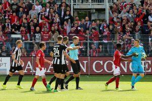 Schiri Rohde zeigt zum Punkt. Elfmeter? Oder doch nicht? (Foto: www.der-betze-brennt.de)