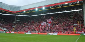 bei 22.833 Besuchern gut gefüllte aber wirkungslose Westtribüne (Foto: www.der-betze-brennt.de)