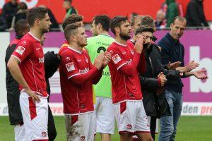 Enttäuschung in den Gesichtern. Die Mannschaft nach dem Abpfiff vor der West (Foto: www.der-betze-brennt.de)