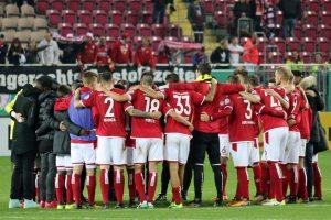 Zusammenhalt und Kof oben behalten bleiben die Devise nach dem Pokal-aus (Foto: www.der-betze-brennt.de)