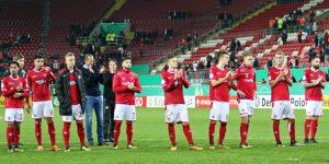 Trotz Niederlage gab es vor der West Applaus. Fans für Spieler, Spieler für Fans (Foto: www.der-betze-brennt.de)