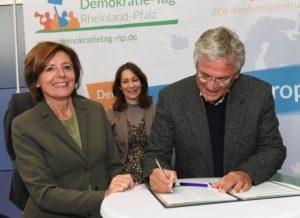 """Unterzeichner bei """"Demokratie gewinnt"""", (v.l.) Ministerpräsidentin Malu Dreyer, Ministerin Anne Spiegel, ZDF-Chefredakteur Dr. Peter Frey (Foto: Staatskanzlei Rheinland-Pfalz)"""