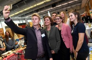 Auch bei jungen Menschen, die Ministerpräsidentin beliebtes Selfie-Motiv (Foto: Staatskanzlei Rheinland-Pfalz)
