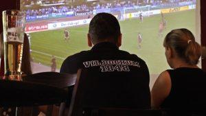 """Filmszene """"Ferne Liebe"""", Leinwand statt Stadion, Schicksal in der Fremde (Foto: Exilfans, Ferne Liebe)"""