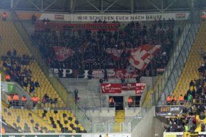 Nur rund 600 FCK-Fans waren gestern mit nach Dresden gereist und gaben alles (Foto: www.der-betze-brennt.de)