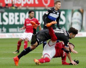 Sinnbildlich, der FCK am Boden, der Gegner obenauf (Foto: Thomas Füssler)