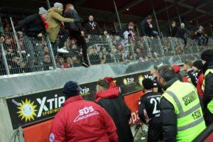 Nach Abpfiff gab es Emotionen und hitzige Diskussionen vor dem Gästeblock (Foto: www.der-betze-brennt.de)