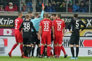 Rot für Lukas Spalvis (Foto: www.der-betze-brennt.de)