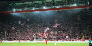Gut gefüllte Westkurve. 23.811 Zuschauern kamen gestern (Foto: www.der-betze-brennt.de)