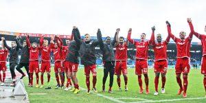Feiern mit den Fans, die Mannschaft nach dem Abpfiff (Foto: www.der-betze-brennt.de)