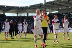 Am Ende reichte es nicht. Die Mannschaft bedankt sich für den Support (Foto: www.der-betze-brennt.de)