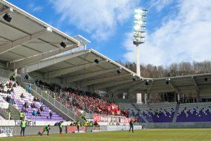 Gut gefüllter Gästeblock im schmucken umgebauten Stadion (Foto: www.der-betze-brennt.de)