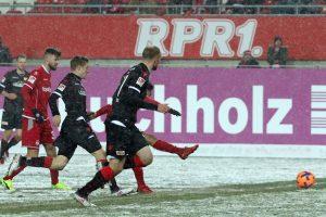 Der Kleinste trumpft groß auf, Philipp Mwene erzielt das 4:3 (Foto: www.der-betze-brennt.de)