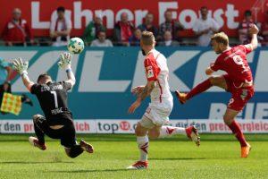 Gekonnter Heber, Sebastian Andersson erzielt den Ausgleich (Foto: www.der-betze-brennt.de)