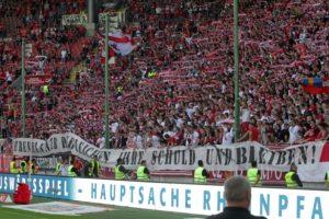 """""""Ehrenmänner begleichen ihre Schuld und bleiben"""" - Spruchband vor der Westrribüne (Foto: Thomas Füssler)"""