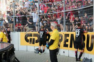 Redebedarf, Florian Dick, Christoph Hemlein und Lukas Spalvis im Gespräch mit den Fans (Foto: www.der-betze-brennt.de)