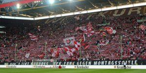 Gut gefüllte Westtribüne, aber leider nur 17.588 Zuschauer im Stadion (Foto: www.der-betze-brennt.de)