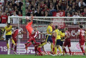 Der bittere Moment in der nachspielzeit, Jan-Ole Sievers kann den Ball nicht festhalten, Köln erzielt den Ausgleich (Foto: Thomas Füssler)