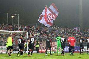 Dank der Mannschaft an die mitgereisten Fans (Foto: www.der-betze-brennt.de)