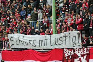 Klares Statement von der Tribüne (Foto: www.der-betze-brennt.de)