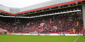 Nur 17.638 Zuschauer. Auch große Lücken auf der wEsttribüne (Foto: www.der-betze-brennt.de)
