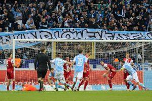 Die Entscheidung. In der 85. Minute treffen die Löwen zum 2:1 (Foto: www.der-betze-brennt.de)