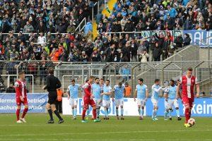 Die Gastegeber führen mit 1:0 (Foto: www.der-betze-brennt.de)