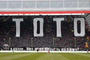 """Choreo zum Gedenken an die Westkurven-Ikone """"Toto"""" (Foto: www.der-betze-brennt.de)"""