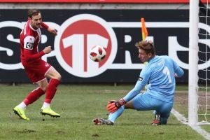 Fast das 1:0, aber nur fast. Timmy Thiele scheitert aus spitzem Winkel (Foto: www.der-betze-brennt.de)