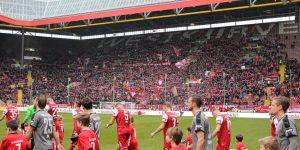 Offiziell 19.176 Zuschauer kamen gestern bei misesestem Wetter auf den Berg (Foto: www.der-betze-brennt.de)