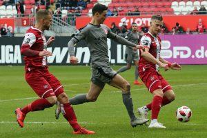 Dreikampf um den Ball (Foto: www.der-betze-brennt.de)