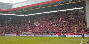 Gut gefüllte Westtribüne. 23.165 Zuschauer kamen gegen den Tabellenführer (Foto: www.der-betze-brennt.de)