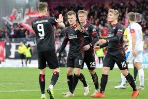 Verwertet hat den Ball dann Florian Pick, hier beim Torjubel mit Timmy Thiele, Carlo Sickinger und Elias Huth (Foto: www.der-betze-brennt.de)