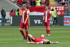 Frustrierend als Verlierer vom Platz gehen zu müssen (Foto: www.der-betze-brennt.de)