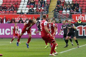 Kopfballduell mit Folgen, Theo Bergmann verletzte sich hier (Foto: www.der-betze-brennt.de)