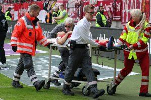Gute Besserung. Theo Bergmann auf dem Weg zur Klinik (Foto: www.der-betze-brennt.de)