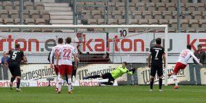 Jürgen Gjasula verwandelt den Straßstoß zum 1:0 für Cottbus (Foto: www.der-betze-brennt.de)