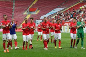 Die Mannschaft auf dem Weg zu den Fans (Foto: www.der-betze-brennt.de)