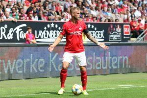 Wohin mit dem Ball. Sinnbild für ein uninsperiertes Spiel, Chrstoph Hemlein (Foto: www.der-betze-brennt.de)
