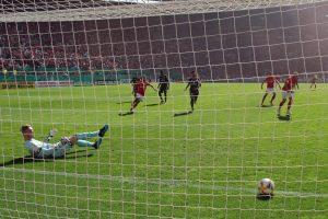 Das 1:0! Der von Manfred Starke getretene Elfer kullert über die Linie (Foto: www.der-betze-brennt.de)