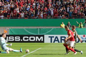 Der Ball zum 2:0 ist unterwegs (Foto: www.der-betze-brennt.de)