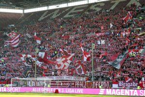 Nur offiziell 19.316 Zuschauer. Deutliche Lücken gab es auch auf der Westtribüne (Foto: www.der-betze-brennt.de)