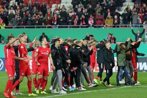Die Mannschaft in Feierlaune (Foto: www.der-betze-brennt.de)