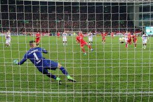 Timmy Thiele trifft auch bei der Strafstoßwiederholung sicher zum 2:1 (Foto: www.der-betze-brennt.de)