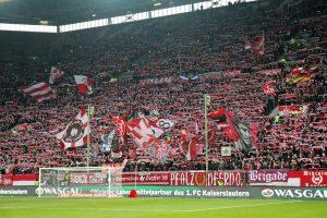 Gut gefüllte Westtribüne. 19.060 Zuschauer kamen gestern (Foto: www.der-betze-brennt.de)