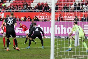 Der Schlenzer zur Glückseligkeit, Florian Pick markiert das 1:0 (Foto: www.der-betze-brennt.de)